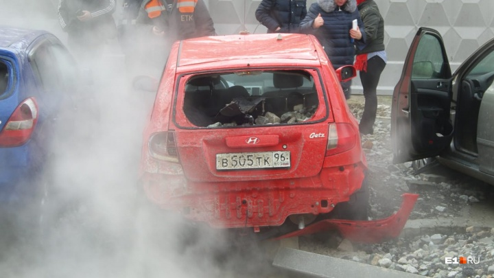 Из-за прорыва трубы на ВИЗе затопило детский сад, а на улице людей из машин вытаскивали на руках