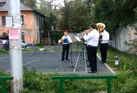 Музыканты неожиданно для всех дали концерт во дворе жилого дома