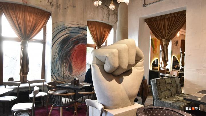 «Есть риск потерять всё»: известный уральский ресторатор попытался продать свое заведение «Ребра»