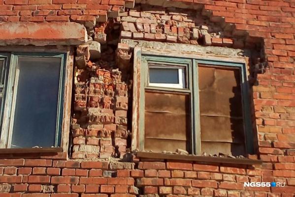 Кирпичи выпали из стены в районе душевой