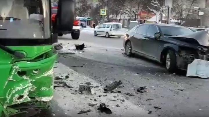 Lexus въехал в автобус: в аварии в центре Тюмени пострадали две пассажирки