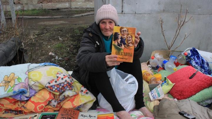 «Мне ничего не надо, я свободу люблю»: в Омске бывшая санитарка стала жить на улице и собирать книги