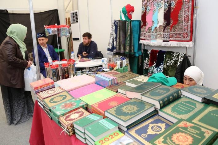 В специальных палатках свои товары представили ведущие игроки розничного рынка халяль