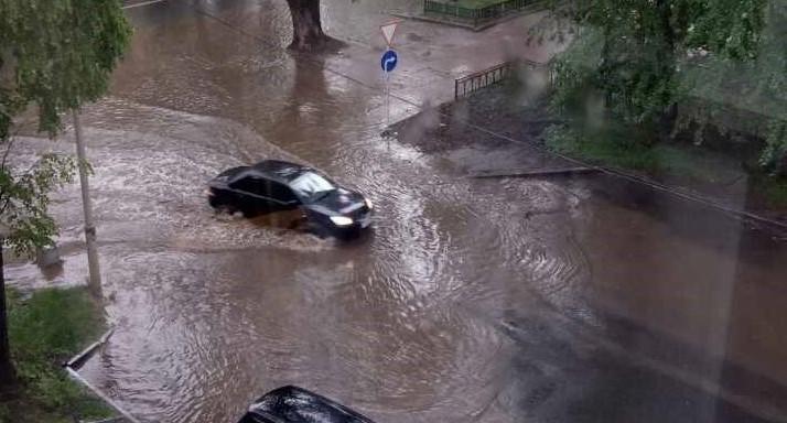 В Екатеринбурге после дождя затопило проспект Ленина