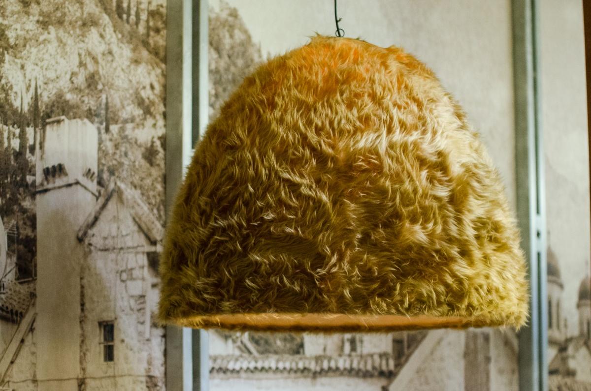 Над столами — оригинальные люстры-папахи из натурального меха
