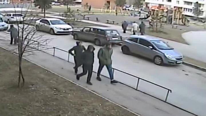 Видео: трёх человек разыскивают за жестокое убийство на МЖК