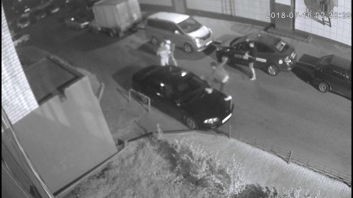 Молодые варвары ночью бегали по машинам на парковке