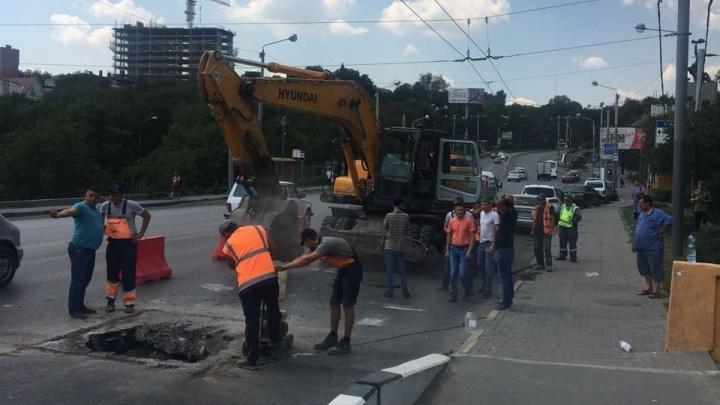 Администрация Ростова: яму на мосту Стачки залатают к концу дня