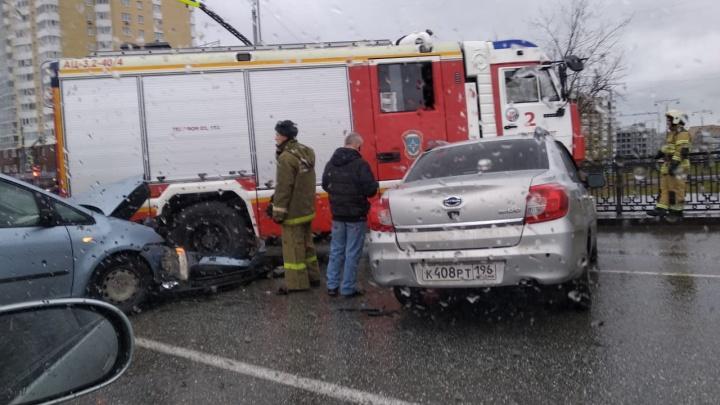На Токарей — Татищева пожарная машина врезалась в легковушку и вылетела на встречку: публикуем видео