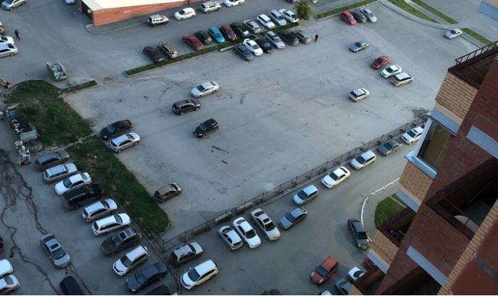 Жильцы соседних домов вынуждены парковать свои машины вдоль забора