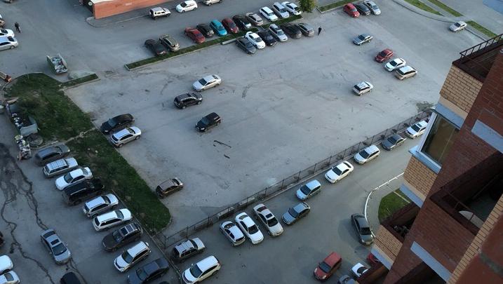 Власти вступились за жильцов многоэтажки, которые обнесли забором парковку у дома
