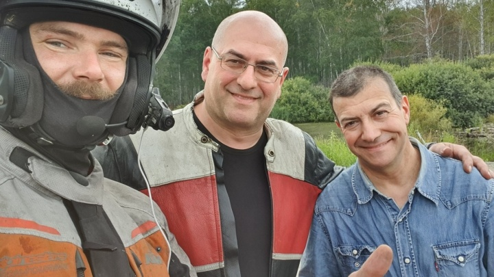 «Мажем мазью, перевязываем»: два байкера из Италии попали в ДТП под Новосибирском