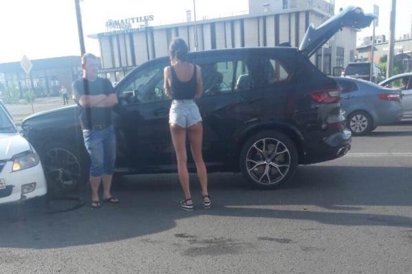 Очевидцы заявляют, что девушка хотела объехать пробку