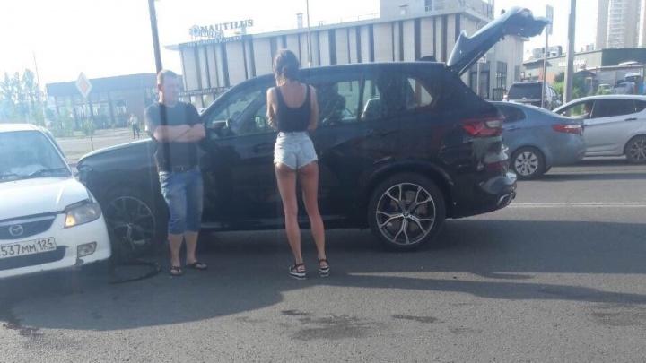 Эффектная леди на BMW решила объехать пробку через две сплошные и тут же врезалась в авто