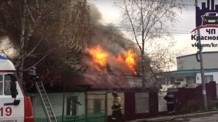 Дым от горящего жилого дома в Покровке стелется по центру