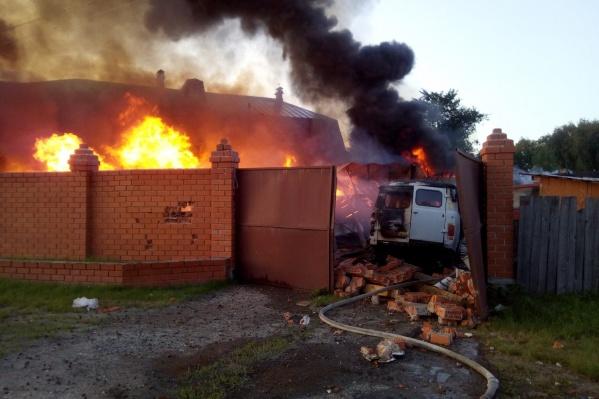 От взрыва разрушился забор, покорежило ворота, автомобиль ГАЗ частично обгорел