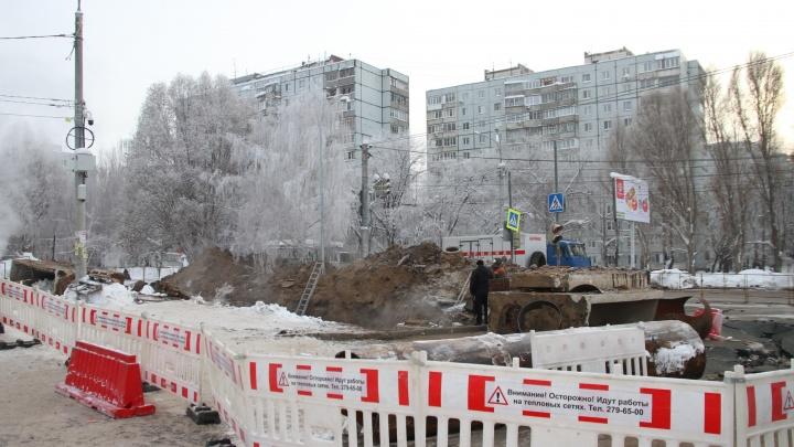 Отопление дадут к полудню: рабочие залатали трубу на пересечении Стара-Загоры — Ташкентской