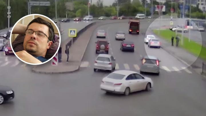 В Екатеринбурге велосипедист сломал ногу, после того как его неудачно остановил гаишник: видео