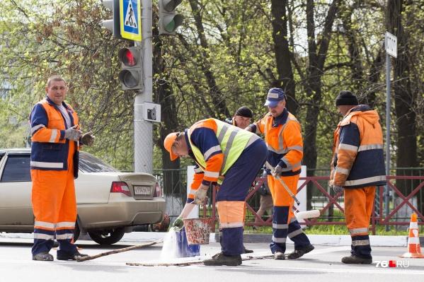 На покраску бордюров в этом году в Ярославле потратят более 6,5 миллиона рублей