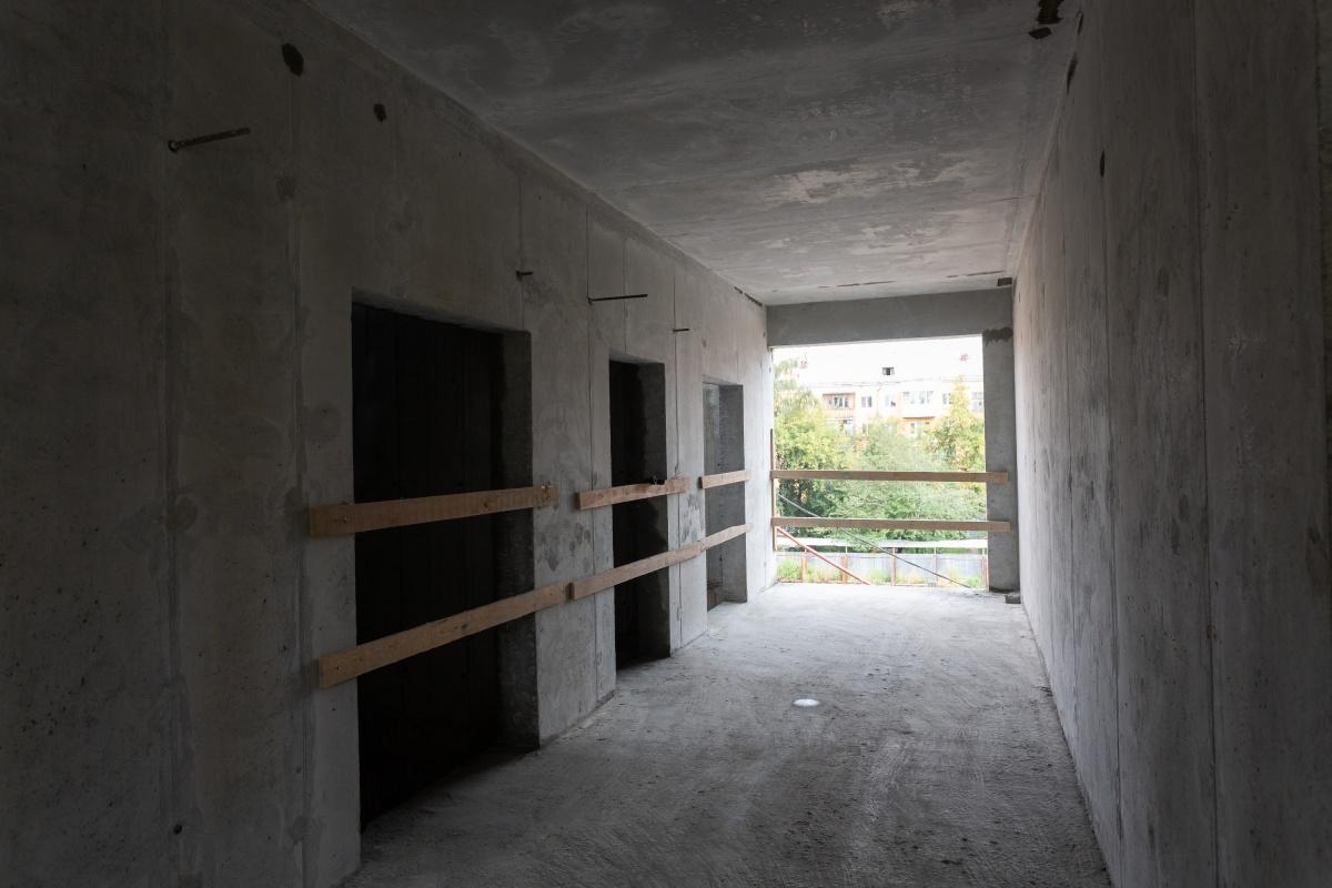 Сейчас лифтовой холл жилого этажа выглядит так