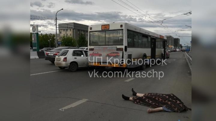 Водителю иномарки стало плохо за рулём: врезался в автобус и умер до приезда скорой