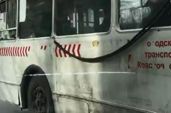 С троллейбуса отвалились буквы и герб города