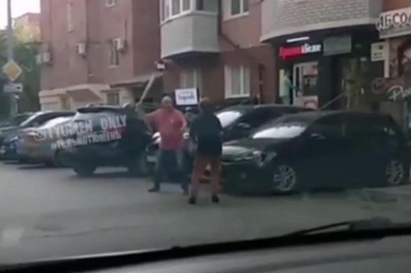 Очевидцы сняли на видео, как двое мужчин ссорились на парковке у магазина