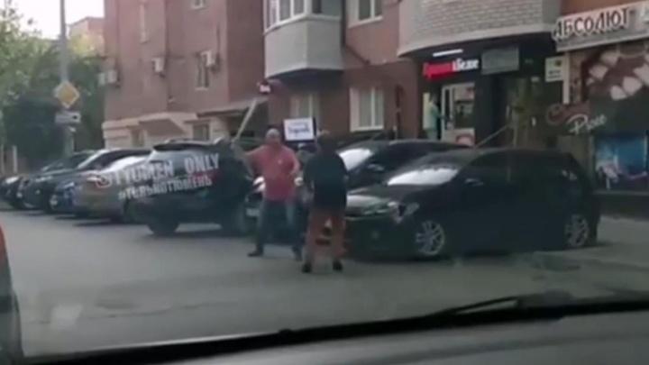 «Розочка» vs бита: тюменцы устроили разборки на парковке в центре