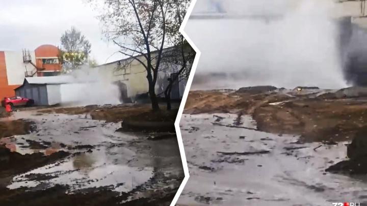 Прокуратура оштрафовала строителей, устроивших потоп из кипятка в тюменском дворе