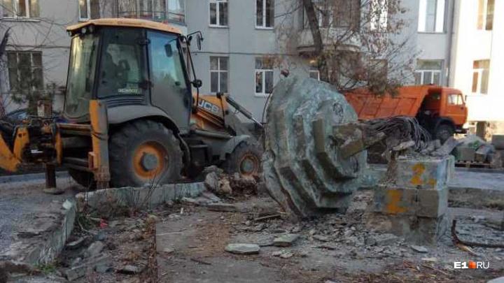 Во дворе дома, где жил Ельцин, снесли фонтан, которому больше 80 лет