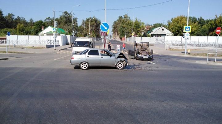 Около «Самара Арены» KIA перевернулась после ДТП с Lada