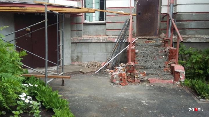 «Как после бомбёжки»: в челябинском городке чекистов остановили капремонт за 26 миллионов