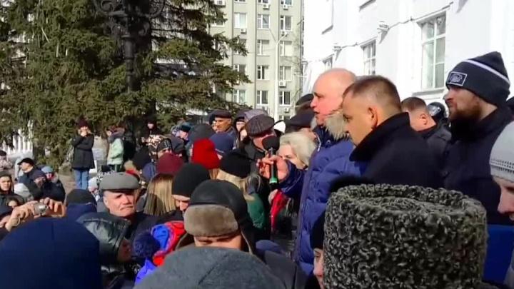 Видео: вице-губернатор Кузбасса встал на колени перед тысячами людей и попросил прощения