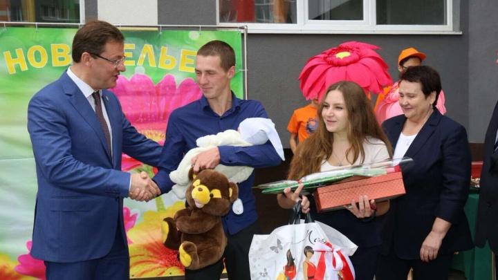 В Тольяттидетям-сиротам вручили ключи от новых квартир в разноцветном доме