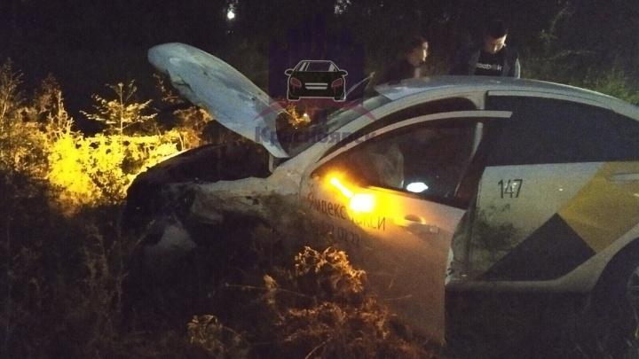 Водитель Mitsubishi протаранил автомобиль такси с пассажиркой в салоне