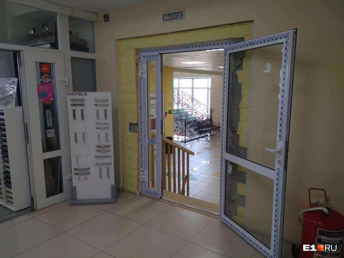 До недавнего времени тут была металлическая дверь