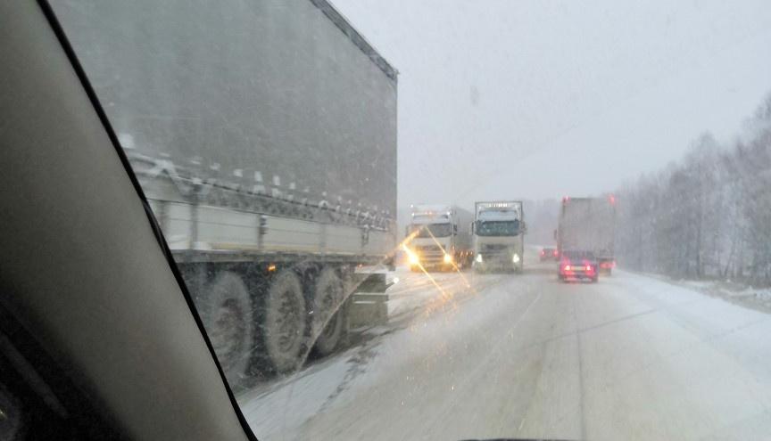 Южноуральские автомобилисты встали в пробку на заметённой снегом трассе М-5