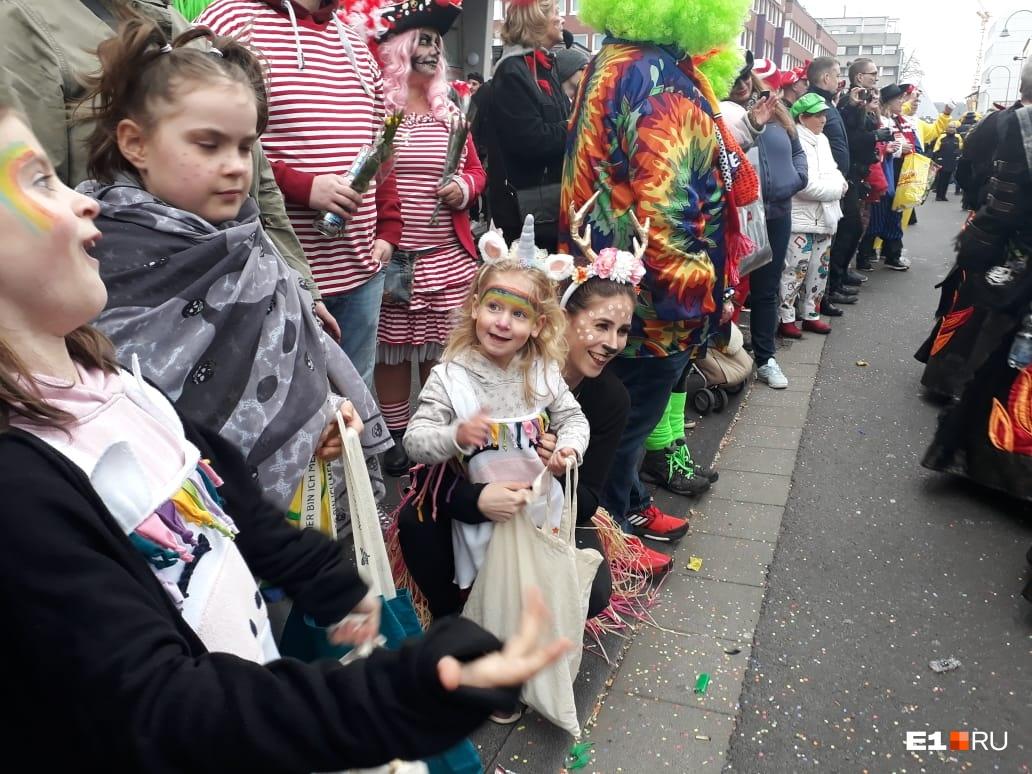 Дети клянчат конфеты. Люди из колонны кидают им сладости, мне тоже досталась одна конфета