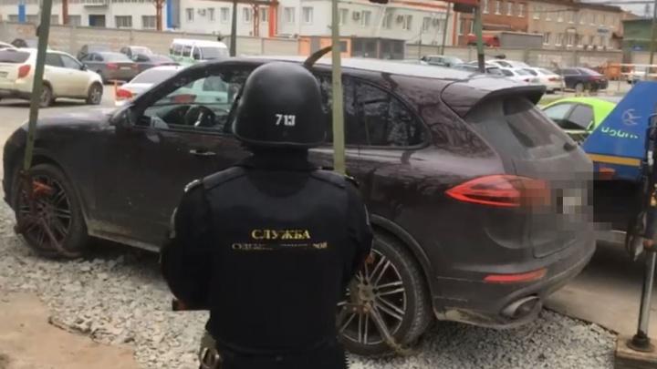Екатеринбурженка лишилась Porsche из-за долга в 13 миллионов рублей