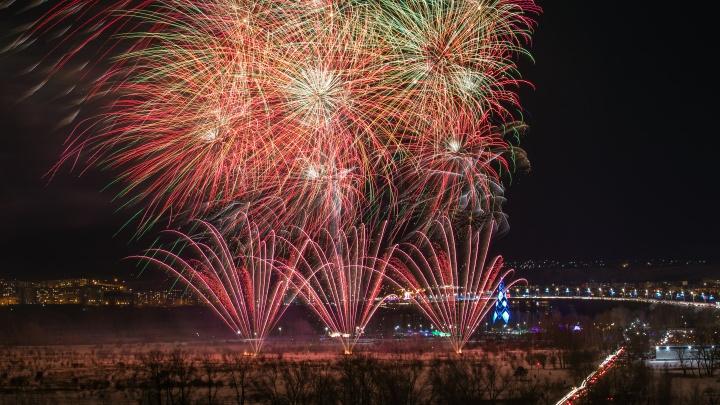 Красочный салют запустили на острове Татышев в честь Рождества. Видео для тех, кто пропустил