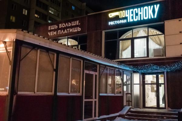 Заведение «По Чесноку» — за доступность: ресторанные блюда здесь продают по цене фастфуда, но при этом просят заплатить за вход от 100 до 350 рублей