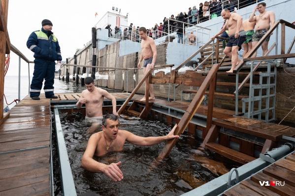 Ежегодно тысячи волгоградцев окунаются в крещенскую купель