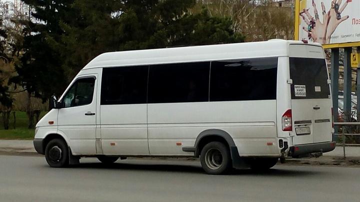«Если номер скажете, сразу уволю»: в Омске водитель маршрутки отказался принять транспортную карту