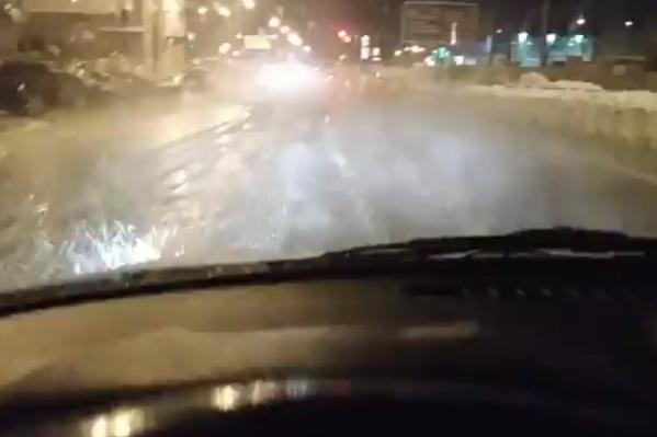 Машины буквально плавают по проезжей части