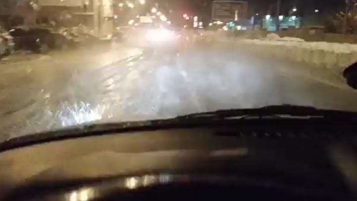 «Учимся летать?»: на Дыбенко холодная вода затопила дорогу