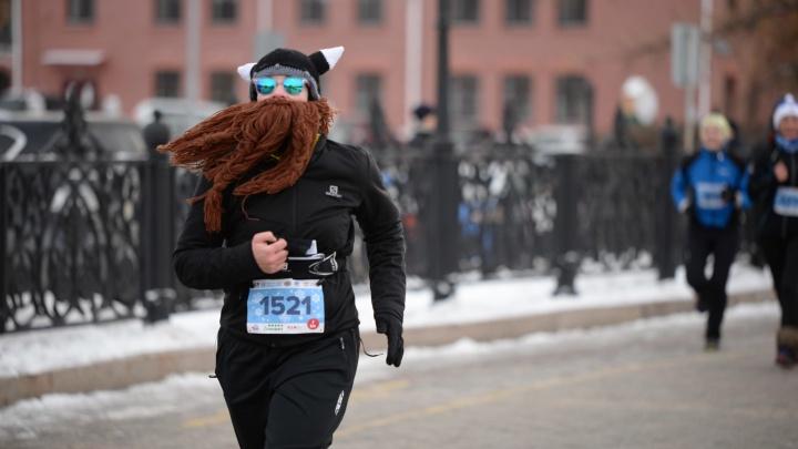 Динозавры, Бэтмен, викинги и Деды Морозы пробежали в Екатеринбурге зимний полумарафон