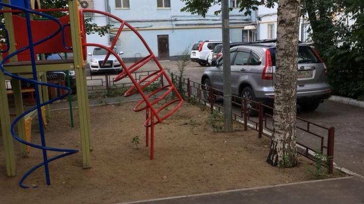 Криминальный обелиск исчез: в Самаре неизвестные вывезли могильную плиту с детской площадки