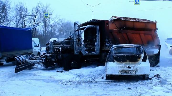 «Тормозила на скользкой дороге»: в Челябинске после ДТП сгорели легковушка и снегоуборочная машина