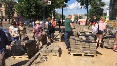 Плитка — это мусор. Чиновники объяснили, зачем меняют тротуары на Октябрьской площади в Ярославле