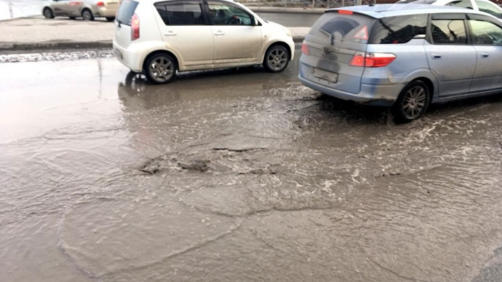 Угроза под лужей: несколько автомобилей пробили колёса в яме на Фрунзе